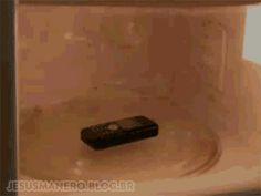 O que acontece se colocar um celular dentro do microondas