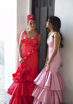 Traje de flamenca Clavel color coral, con volante que rodea el cuerpo. Contaba la leyenda que la convirtió en clavel para llevarla en su solapa.  Traje de flamenca Buganvilla en rosa con hombreras de nudos marineros y borlas doradas. Prom Dresses, Formal Dresses, Spanish Style, Fashion Details, Fashion Art, Dance, Princess, My Style, How To Wear