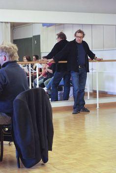 Ohjaajan tehtävänä on toimia kolmantena silmänä, auttaa näyttelijää näkemään, miltä roolihenkilö ja kohtaus näyttävät ulkoapäin. Reino Bragge työssään. Photography © Joonas Mäkkylä. #Veriveljet #Tampere #Teatteri
