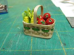 Dollhouse Miniature Furniture - Tutorials | 1 inch minis: how to make miniature baskets from paper