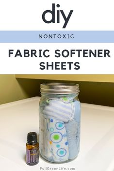 DIY fabric softener sheets will replace the toxic store-bought ones and leave your laundry feeling just as soft and fresh-smelling. Bonus: saves you money! Homemade Dryer Sheets, Homemade Fabric Softener, Fabric Softener Sheets, Homemade Laundry Softener, Vinegar Fabric Softener, Cleaners Homemade, Diy Cleaners, Natural Cleaning Products, Diy Products