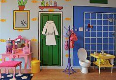 Quase tudo é fantasia no quarto de brinquedos. O vaso sanitário infantil é para as bonecas. As paredes receberam a pintura, feita por Lili e Liat, de desenhos que a arquiteta Valéria Blay reproduziu de um dos livros de suas filhas