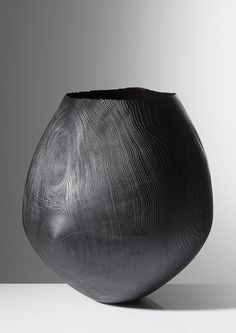 Friedemann Bühler, Vase shaped vessel, bleached ash, brushed and sandblasted. Photo by Richard Becker. Ceramic Pottery, Ceramic Art, Wooden Bowls, Wooden Vase, Contemporary Ceramics, Wood Sculpture, Wood Turning, Decorative Objects, Wood Art