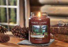 """Résultat de recherche d'images pour """"cocooning bougie"""" Bougie Yankee Candle, Yankee Candle Fall, Yankee Candles, Scented Candles, Candle Jars, Jewel Candle, Candle Store, Candle Accessories, Home Scents"""