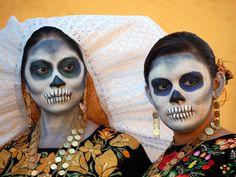 National Geographic (fotos del Día de los Muertos) Considera lo siguiente e incluye en tu cuaderno de Springpad: MIra las fotos. En algunas podemos ver calacas y calaveras.  ¿Qué representan y por qué están presentes con la gente viva? (Springpad-Fotos)