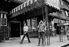 Harry Smith in front of the Chelsea Hotel © PETER ANGELO SIMON 1973/2013