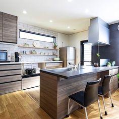 SaoriさんはInstagramを利用しています:「pic1 カメラマンさんが撮ってくれたキッチン写真😍 * * キッチンはリクシル #リシェルsi 色はグレースグレーとウォールナット カップボードも同色😊 * * pic2.3はちょこっと収納!リシェルsi収納とってもしやすいです! フライパンスタンドはニトリの物です😊 * *…」 Kitchen Design, Interior Design, Saori, Table, Room, Furniture, Instagram, Home Decor, Kitchens