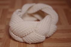 Tuto: fabriquer un headband tressé - Deco.fr Knitting is often a way yarn is Diy Headband, Knitted Headband, Headbands, Dog Growling, Knitting Accessories, Knitting Needles, Woven Fabric, Knit Crochet, Crochet Slippers