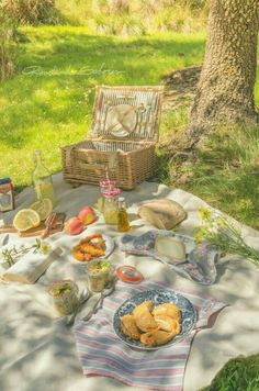 Éphémeride seasonal calender Pique nique à l'ombre Menu Picnic, Picnic Date, Beach Picnic, Picnic Foods, Summer Picnic, Picnic Ideas, Picnic Parties, Picnic Recipes, Summer Aesthetic