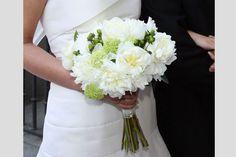 Bouquet sposa bianco e verde, con bacche e piccole ortensie verdi.