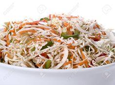 Esta sencilla ensalada de repollo con aderezo de limón entre otras cosas, es sumamente práctica y utilísima para acompañar casi cualquier comida.