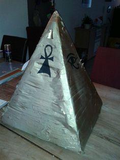 Piramide van kartonnen doos en goudspray verf
