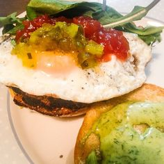 Nuestra hamburguesa de quinua la pueden pedir con adición de huevo campesino. Eggs, Breakfast, Instagram Posts, Food, Hamburgers, Vegetable Recipes, Recipes, Morning Coffee, Essen