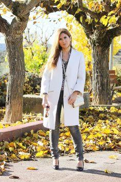 Casual Look. Look con abrigo blanco. A trendy life. #casual #trendy #whitecoat #michaelkorsbag #stilettos #denim #cashmereshirt #pontofashion #c&a #mariapascual #suiteblanco #michaelkors #outfit #fashionblogger #atrendylife www.atrendylifestyle.com