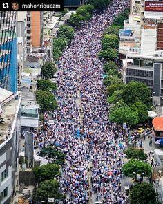 Foto de @mahenriquezm Somos  #ccs #caracas #caminacaracas  Y nos fuimos al CNE  #7J #SOSVenezuela #Venezuela #Caracas #Libertad #Crisis 07/06/2017 1:36pm