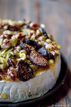 French baked brie topped with walnuts, jam/preserve, figs, pistachios. That Calls for a delicious tapas gathering. Baked Brie Recipes, Fig Recipes, Cooking Recipes, Pistachio Recipes, Baked Brie Toppings, Holiday Recipes, Baked Brie Appetizer, Cheap Recipes, Cooking Bacon