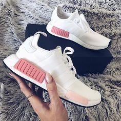 Schöner Sneaker für Frauen! Dieser adidas NMD_R1 ist einer der besten Colorways ... und dazu noch passend zu jeder Jahreszeit (Winter, Sommer, Herbst, Frühling). Foto: https://www.instagram.com/linda.dilu/