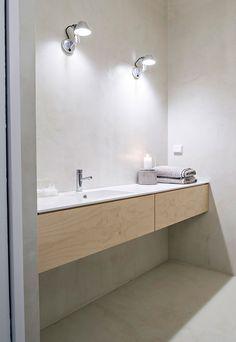 Kylpyhuoneessa on mikrosementtipinnat, kalus-teet ovat Handy Handin puuseppä Heikki Lohen tekemät. Allas tasoineen on Hi Macs -materiaalia ja laatikostot vaneria. Valaisimet ovat Artemiden.