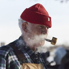 Alvah Holmes, veteran, retired factory worker, farmer, and pipe smoker Stürmische See, Cultura Judaica, Cool Things To Make, Old Things, Man Smoking, Pipe Smoking, Smoking Wood, Pipes And Cigars, Old Men