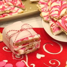 This is one of our FAVORITE Candy Recipes for Valentine's Day! So simple to make and the perfect treat for a crowd! Wrap it up and you have an easy DIY Gift Idea for Valentine's Day! Valentine Desserts, Valentines Day Cookies, Valentine Candy Recipe, Valentines Treats Easy, Diy Valentines Day Gifts For Him, Valentines Baking, Valentines Day Party, Holiday Treats, Valentines Recipes