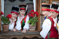 "Polish Folk Ensemble ,,Pod Borem"" Fot.Tomasz Wyrwas #Kurpie #Zielone #polishfolklore #tradition #folk #costumes"