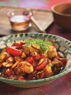 Une préparation rapide et facile à réaliser pour cette recette gourmande de poulet au miel accompagné de tomates et d'amandes. Vous allez adorer !