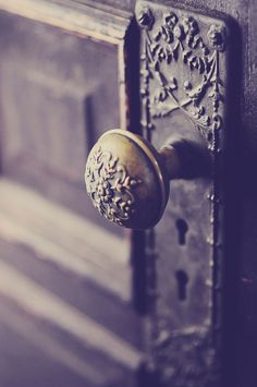 beautiful rustic victorian door knob - wouldn't mind having this on the doors in my home.  I saw a towel rack made of antique knobs once...hmmmm the wheels are turning.