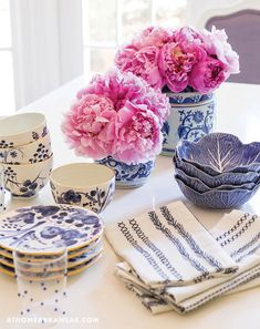 A Stylish Expansion Blue And White Dinnerware, Blue Table Settings, Blue China, China China, Table Setting Inspiration, Keramik Vase, Chinoiserie Chic, White Vases, Pink Christmas