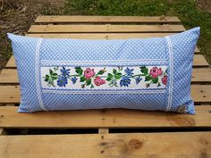 Puanlı Orta Kanaviçeli Yastık - Clean Tutorial and Ideas Embroidery On Kurtis, Kurti Embroidery Design, Types Of Embroidery, Vintage Embroidery, Ribbon Embroidery, Handmade Pillows, Diy Pillows, Decorative Pillows, Throw Pillows