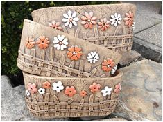 Adding pottery to your home décor is an innovative way of lighting it up and grabbing people's attention. As pottery is so diverse, incorporating it into your interior also offers the perfect oppor… Pottery Pots, Ceramic Pottery, Ceramic Art, Ceramic Flower Pots, Ceramic Planters, Cerámica Ideas, Ceramic Workshop, Pottery Handbuilding, Pottery Animals