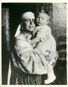 9 Sep 1940 Queen Marie and grandson 18 month-old prince Michael born 25 Oct 2012 Michael I Of Romania, History Of Romania, Adele, Romanian Royal Family, Elisabeth I, Greek Royalty, Old Prince, Royal Photography, Cultura General
