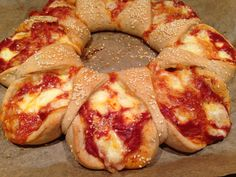 Pizzaring Tomate-Mozzarella Pizzateig mit einer Füllung aus Tomaten und Käse, sehr saftig und super lecker.
