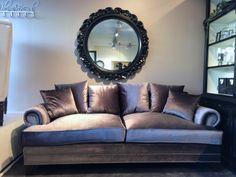 Flott sofa i grå velour med nagler på armlenene Lengde 226cm Dybde 98cm Høyde 85cm Sofaen kommer også i linfarget (Utsolgt nå, -kommer inn igjen om 4-5 måneder)
