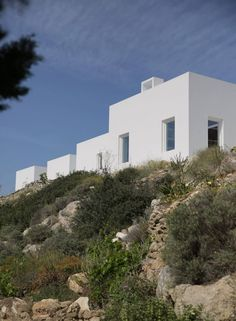 Located on the island of Paros, Greece, Kamari House is a new summer residence with a modern and minimalist architecture. Minimalist Architecture, Space Architecture, Antalya, Minimal House Design, Villa Plan, Building Concept, Greek House, Villa Design, 3d Models