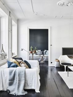 I love the blue colors of the pillows in this living room against the dark grey wall and the black floor. Combined with some plants in terracotta pots this gives the room a really fresh look. The art wall in … Continue reading → Home Living Room, Living Room Decor, Living Spaces, Dining Room, Elle Decor, Interior Design Inspiration, Room Inspiration, Home Deco, Decoracion Vintage Chic