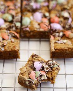 Påskecookie bars med pekannødder og små påskeæg - The Food Factory Brownie Recipes, Cake Recipes, Always Hungry, Food Humor, Healthy Desserts, Brownies, Bakery, Food And Drink, Sweets
