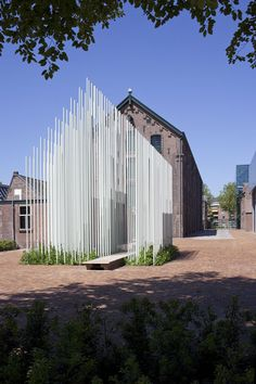 Groeimonument bij het textielmuseum in Tilburg