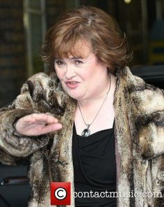 susan-boyle-at-the-itv-studios-london_3615282 Looks like they want to Talk and take pictures and Susan wants none of it ,Susan does nothing she doesn't want to !!