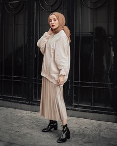 style hijab casual rok plisket ~ style rok plisket hijab _ style hijab casual rok plisket _ style hijab remaja rok plisket _ ootd hijab style rok plisket _ style hijab dengan rok plisket _ style rok plisket hitam hijab _ style rok plisket non hijab Hijab Chic, Hijab Style Dress, Modest Fashion Hijab, Hijab Look, Modern Hijab Fashion, Casual Hijab Outfit, Muslim Fashion, Skirt Fashion, Fashion Outfits