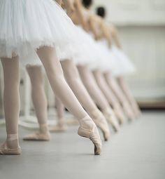 Ballet practice in white tutus. Svetlana Zakharova, Contemporary Dance, Modern Dance, Dance Aesthetic, Dance Tutorial, Dance Outfit, Lila Baby, Ballet School, Ballet Class