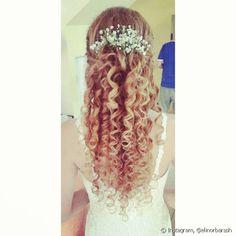 Aquelas que preferem dar destaque para as costas, podem escolher um penteado semi-preso com acessório floral