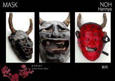Japanse Noh maskers zijn traditionele Japanse Maskers. Vervaardigd uit reyclagemateriaal en papier-maché, bezet met papiermozaïek en vernist. Vertegenwoordigt een jaloerse vrouwelijke demon. Het masker wordt gebruikt om sublieme emoties van de mens te vertegenwoordigen. Het bezit twee scherpe stierachtige hoorns, felle ogen en een mond opengesperd van oor tot oor. Het woord Hannya wordt geassocieerd met waanzin, maar in het boeddhisme betekent het wijsheid van verlichting.