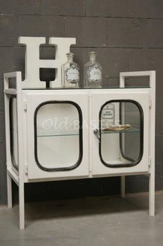 Prachtig brocante dressoir van ijzer: industrieel brocante uniek oud meubel.