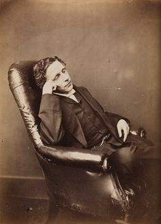 This photos, pinned from Wiki Commons, is going around the internet as a post mortem. In fact it's a portrait of the writer Lewis Carroll who was very alive in this picture. Alice Liddell, Post Mortem Photography, Nostalgic Images, History Of Photography, Adventures In Wonderland, Lewis Carroll, Vintage Books, Museum, Portrait