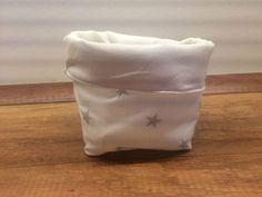 Dieses niedliche Utensilo habe ich aus verschiedenen Baumwollstoffen hergestellt. Es hat ca. einen Durchmesser von 10cm und eine Höhe von 15cm.  Es ist perfekt für die kleinen Dinge im Leben: Schlüssel auf der Flurgarderobe, Tamponvorrat im Bad oder auch als kleine Geschenkverpackung für ein paar Süssigkeiten. Der Phantasie sind keine Grenzen gesetzt. Jedes Utensilo ist ein Unikat.