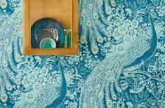 The blue peacock in an interesting colour variation - the effect foil plays with light/dark contrasts and the fantastic combination of green-blue, . Cloakroom Wallpaper, Turquoise Wallpaper, Pastel, Basic Colors, Pattern Wallpaper, Light In The Dark, Decoration, Art Nouveau, Blue Green