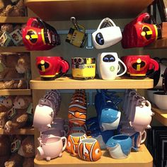 pixar and incredibles mug display Cute Disney, Disney Dream, Disney Tassen, Chateau Disney, Disney Coffee Mugs, Disney Cups, Mug Display, Disney Souvenirs, Disney Rooms