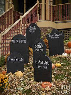 DIY Halloween gravestones from upcycled cereal boxes - aus DIY Grabst .DIY Halloween tombstones from upcycled cereal boxes - aus DIY Grabsteine Halloween hallowen 36 Insanely Cute Halloween Party Decorations You Can Make Today, The Halloween Porch Decorations, Fete Halloween, Halloween Snacks, Halloween Cupcakes, Holidays Halloween, Diy Outdoor Halloween Decorations, Halloween 2020, Halloween Costumes, Tombstones For Halloween