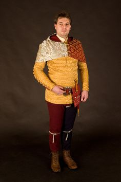 Pourpoint    Krátké a těsné kabátce se začínají prosazovat se začátkem druhé poloviny 14. století, tento je typický pro 60. léta 14. st. Kabátec je vytvořen z pěti vrstev látky, dvě vnitřní nosné vrstvy, vycpávka (na hrudníku znásobená), svrchní ozdobný brokát a spodní vrstva podšívky. Aby se kabátec nevraštil, je na zádech stažen šněrováním. Je doplněn širokým pásem nošeným na bocích a typickou taštičkou. Přišněrovány jsou k němu nohavice, každá jiné barvy, doplňkem je kápě s dlouhým cípem…