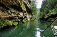 Чешская Швейцария. Чехия. Чешская Швейцария – это фантастически восхитительный уголок природы, расположенный в Северной Чехии, на территории Эльбских Песчаниковых гор. Здесь открываются невероятные пейзажи сосновых лесов и живописных долин, красивый каньон речки Каменица, величественные верхушки скал и нескончаемые горные лабиринты.